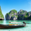 Boat on sand of Maya bay Phi phi island — Stock Photo