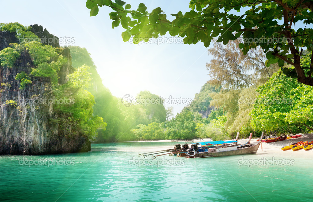 Long boats on island in Thailand — Stock Photo #7280142