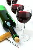 бутылка вина, стаканы и штопор. — Стоковое фото
