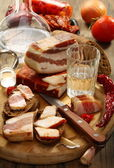 Kieliszek wódki, boczek na chleb żytni. — Zdjęcie stockowe