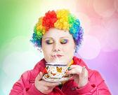 Duha klaun s šálkem čaje — Stock fotografie