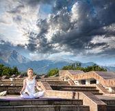 Urban Yoga meditation at mountains — Stock Photo
