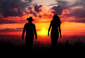 Cowboy couple silhouette at sunset — Stock Photo