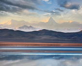 Khan Tengri mountain and Tuzkol lake — Stock Photo