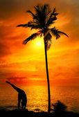 Yoga silhouette at ocean — Stock Photo