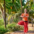 Yoga vrikshasana vormen in palm bos — Stockfoto #7431611