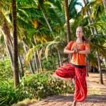 Yoga Vrikshasana pose im Palmenwald — Stockfoto #7431611