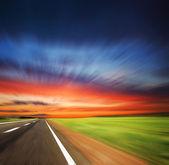 Размыта дорога с размытым небо — Стоковое фото