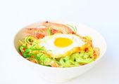 健康与虾和鸡蛋面条 — 图库照片