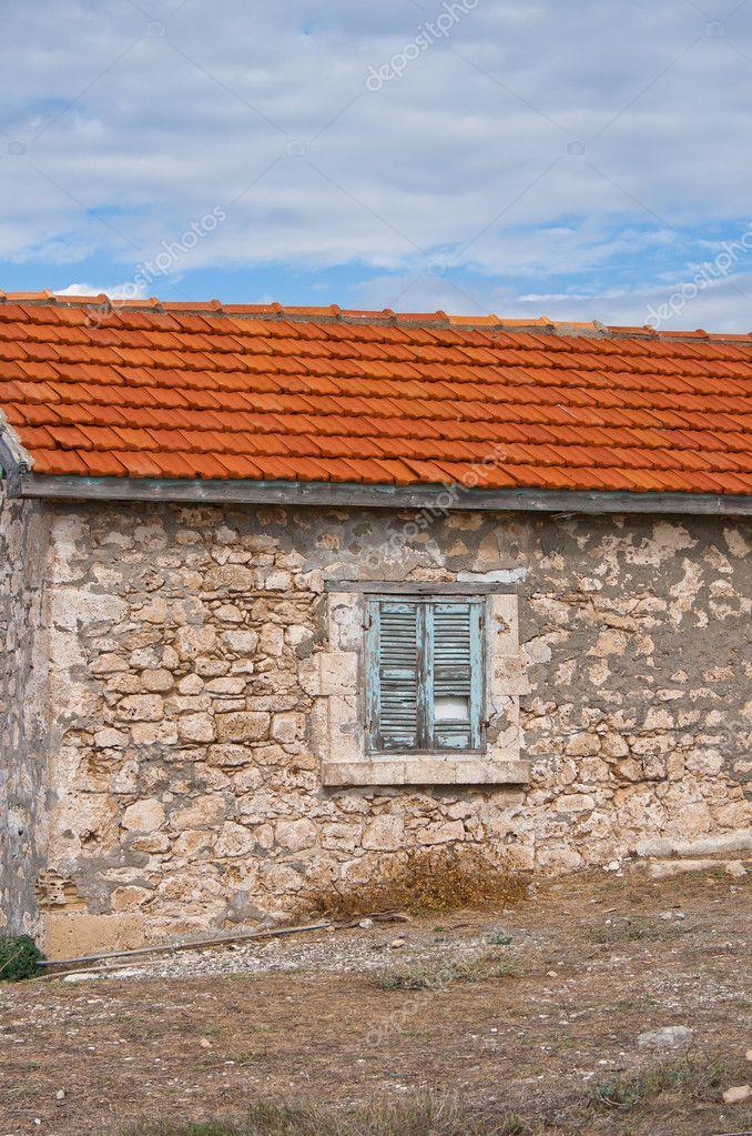 与屋顶上的红瓦的老房子