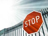 Značka stop na bráně — Stock fotografie
