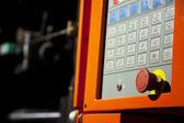 Pannello di controllo di macchina complessa con pulsante stop grande — Foto Stock