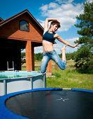 Morena salta sobre una cama elástica — Foto de Stock