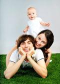 子供を持つ若い幸せな家族 — ストック写真