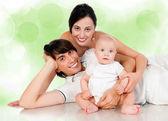 Gelukkige familie met baby glimlachen — Stockfoto