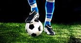 Balón de fútbol con los pies — Foto de Stock