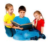 Små barn med en bok — Stockfoto