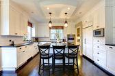 Weiße große, luxuriöse küche mit dunklen boden — Stockfoto