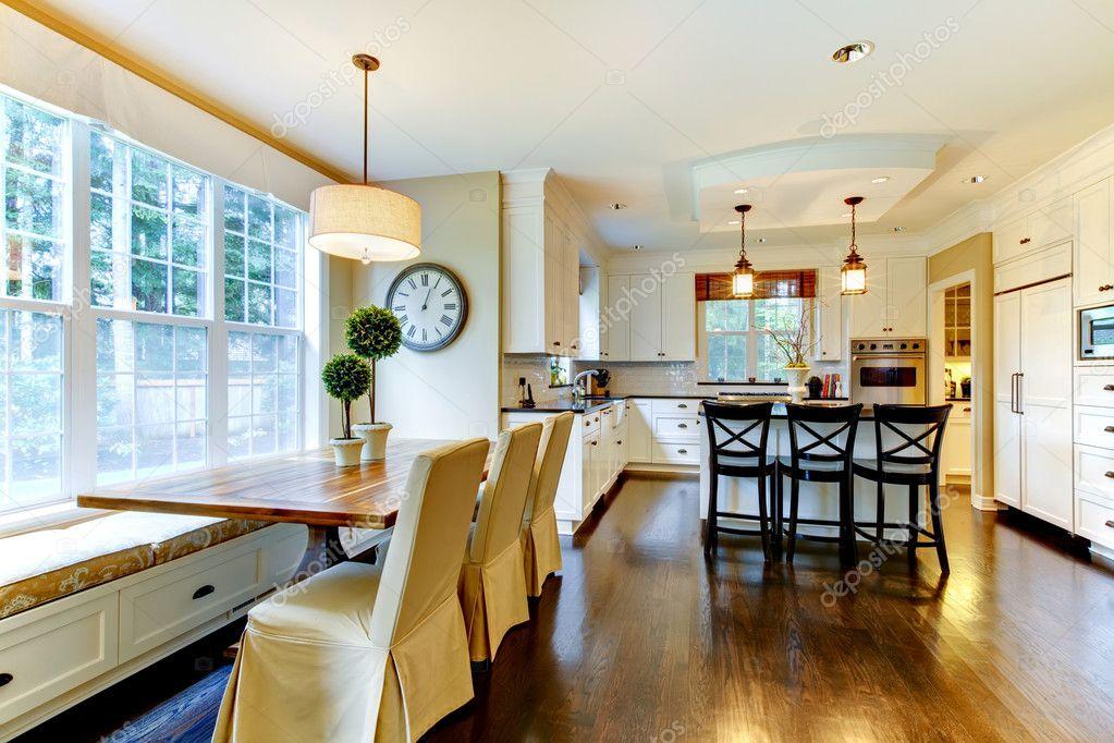 Großen Luxus-weiße moderne Küche und Esstisch — Stockfoto ...