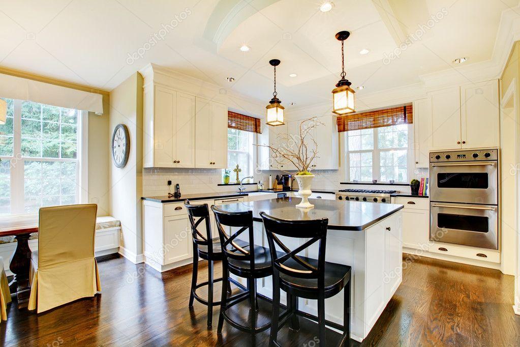 Witte grote luxe moderne keuken wih donkere vloer — stockfoto ...