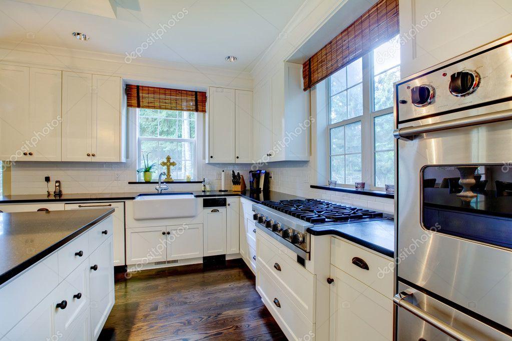 Luxe witte keuken met donkere vloeren — stockfoto © iriana88w #7589479
