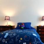 les garçons bleu lit avec deux lampes dans une chambre à coucher blanc — Photo
