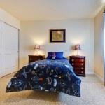 chambre à coucher avec lit cosmique bleu garçons — Photo