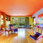 jasne ściany fioletowy pokój dzienny — Zdjęcie stockowe