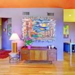 retro jasny pokój dzienny z fioletowe ściany — Zdjęcie stockowe