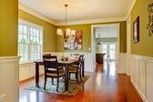 Artisan vert grande salle à manger avec sol en cerisier. — Photo