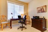 Oficina en casa con escritorio en colores beige — Foto de Stock