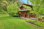 Gartenhaus mit apfelwein wände im sommer — Stockfoto