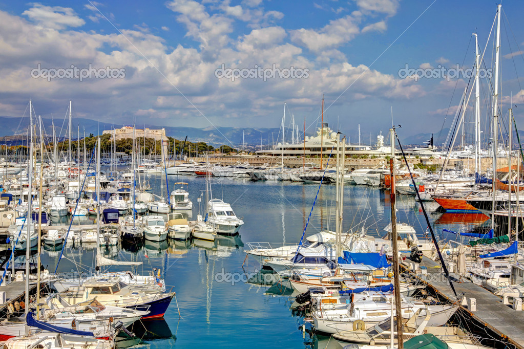 antibes port avec des bateaux de luxe et d 39 yacht photo 7605388. Black Bedroom Furniture Sets. Home Design Ideas