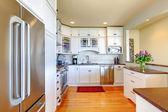 Luxe witte moderne nieuwe keuken interieur. — Stockfoto
