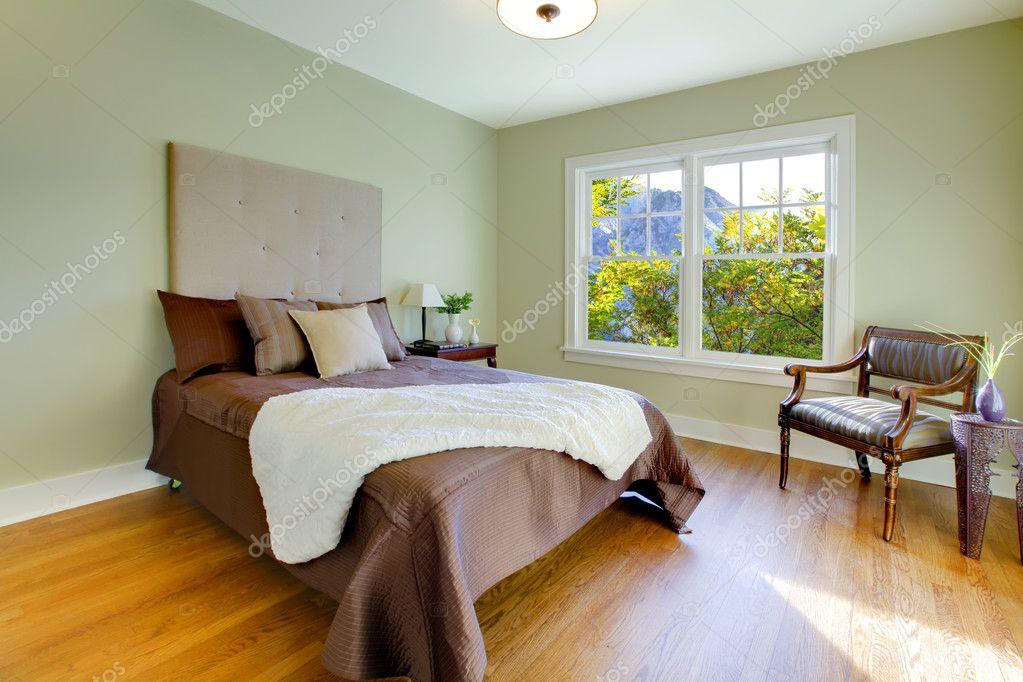 frische gr ne schlafzimmer mit modernen braun stockfoto iriana88w 7622257. Black Bedroom Furniture Sets. Home Design Ideas