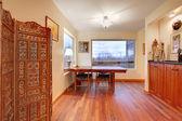 ダイニング ルームのテーブルと素敵なお部屋 — ストック写真
