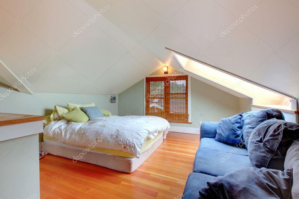 chambre mansarde avec canap lit et bleu image