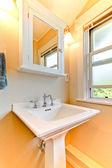 黄色西摩浴室配有现代白色水槽. — 图库照片