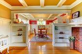Vardagsrum och matsal elegant med guld och röd. — Stockfoto