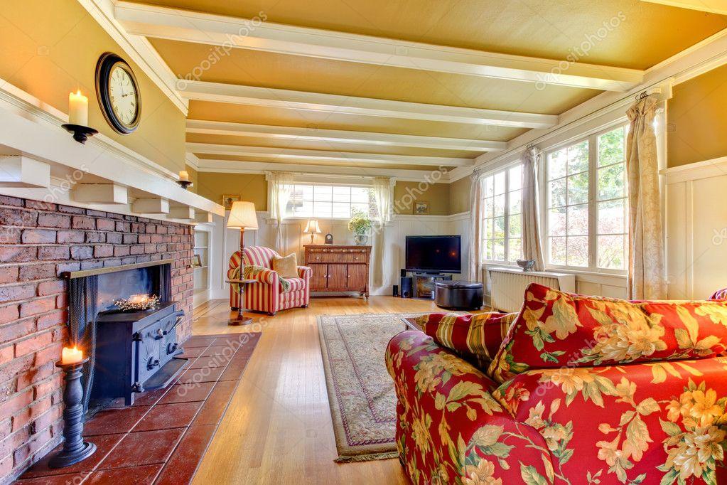Dorado y blanco salón comedor con chimenea con sofá rojo — fotos ...