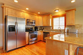 Golden maple cabinets kitchenw with new appliances. — Stock Photo