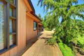 农场木房子与门廊和绿草. — 图库照片