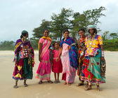 Indian women in brigt traditional sari in the Goa beach — Stock Photo