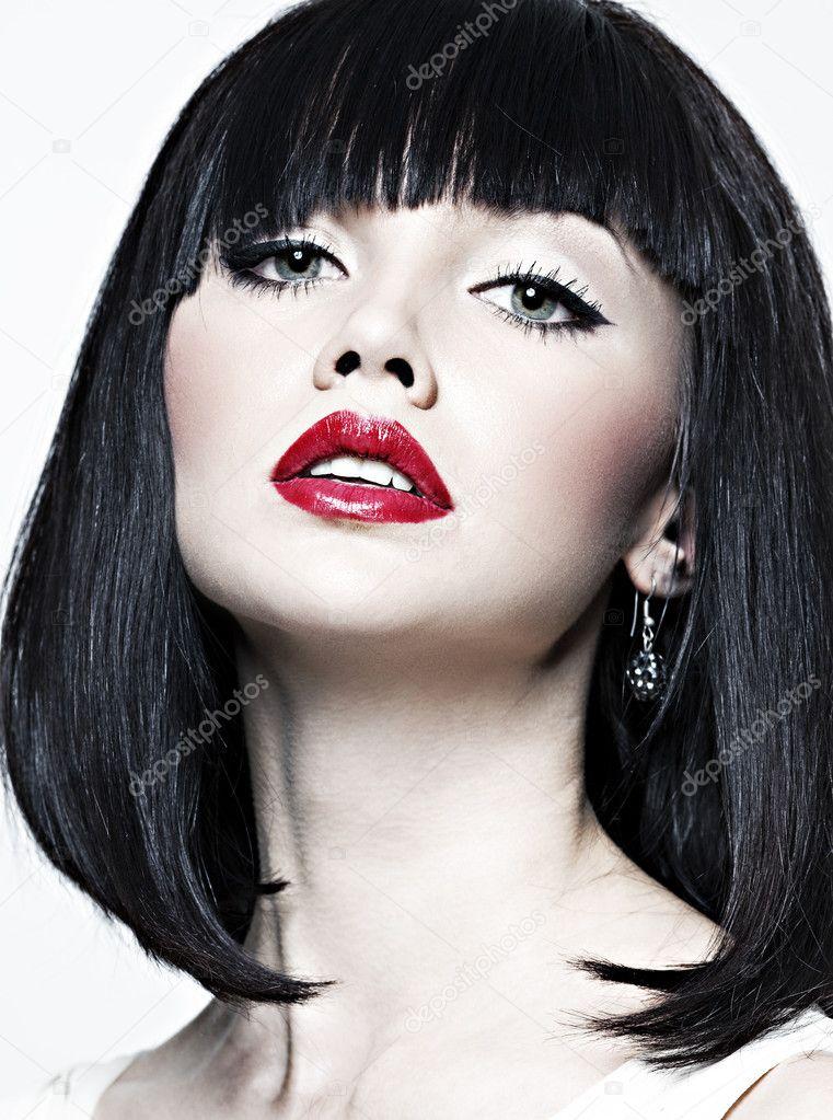 Черные волосы с красными губами