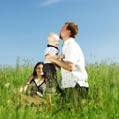 Familie in gras — Stockfoto