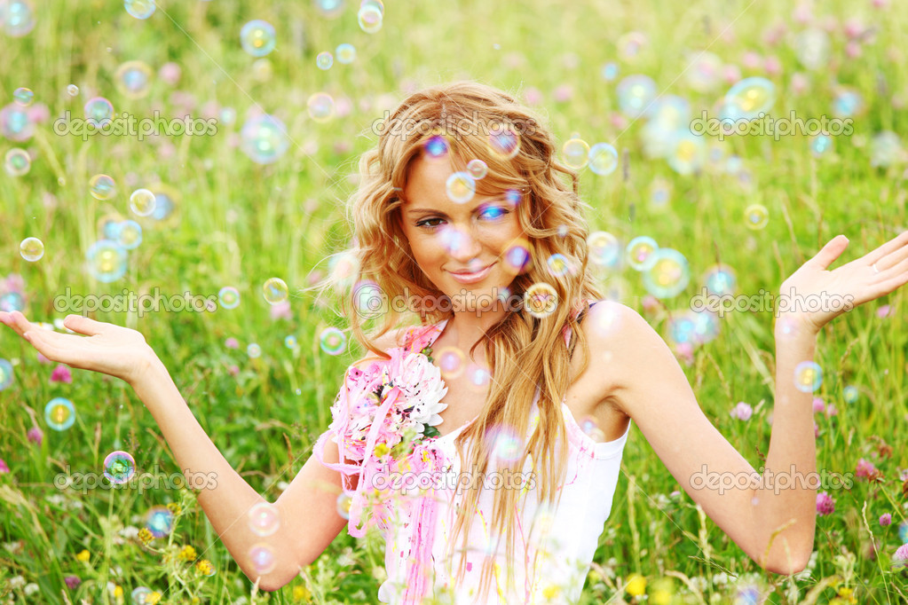 Blonde starts soap bubbles in a green field — Stok fotoğraf #6752944
