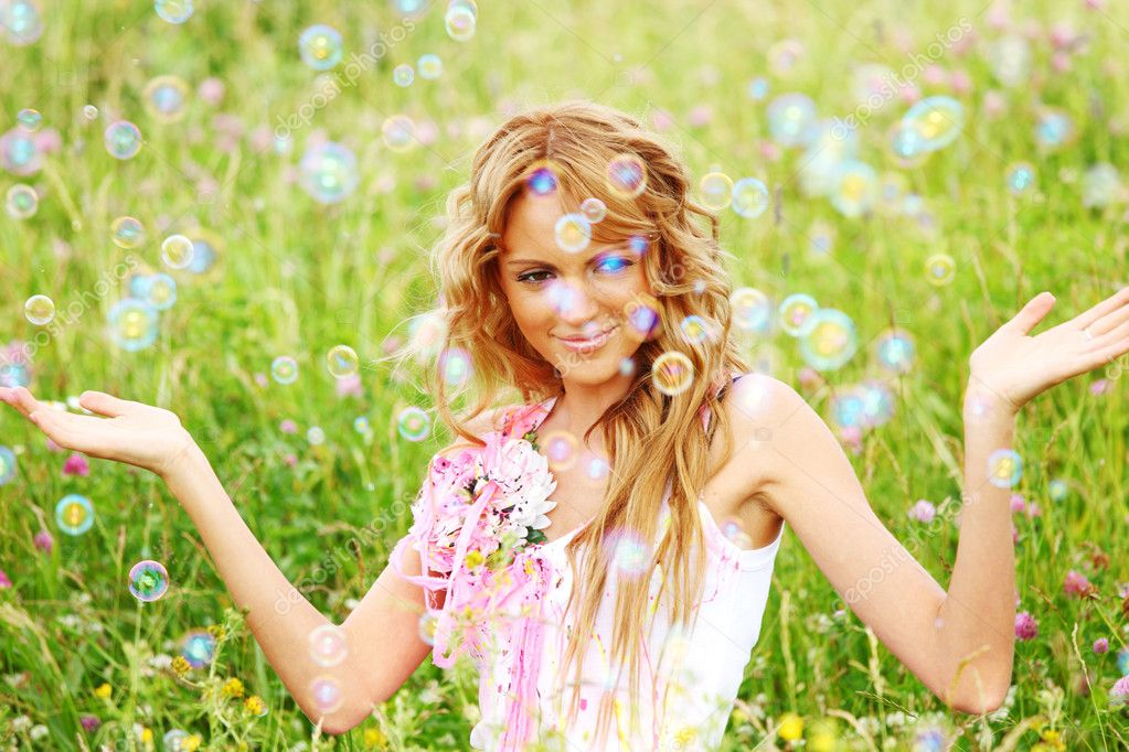  Blonde starts soap bubbles in a green field  Foto Stock #6752944