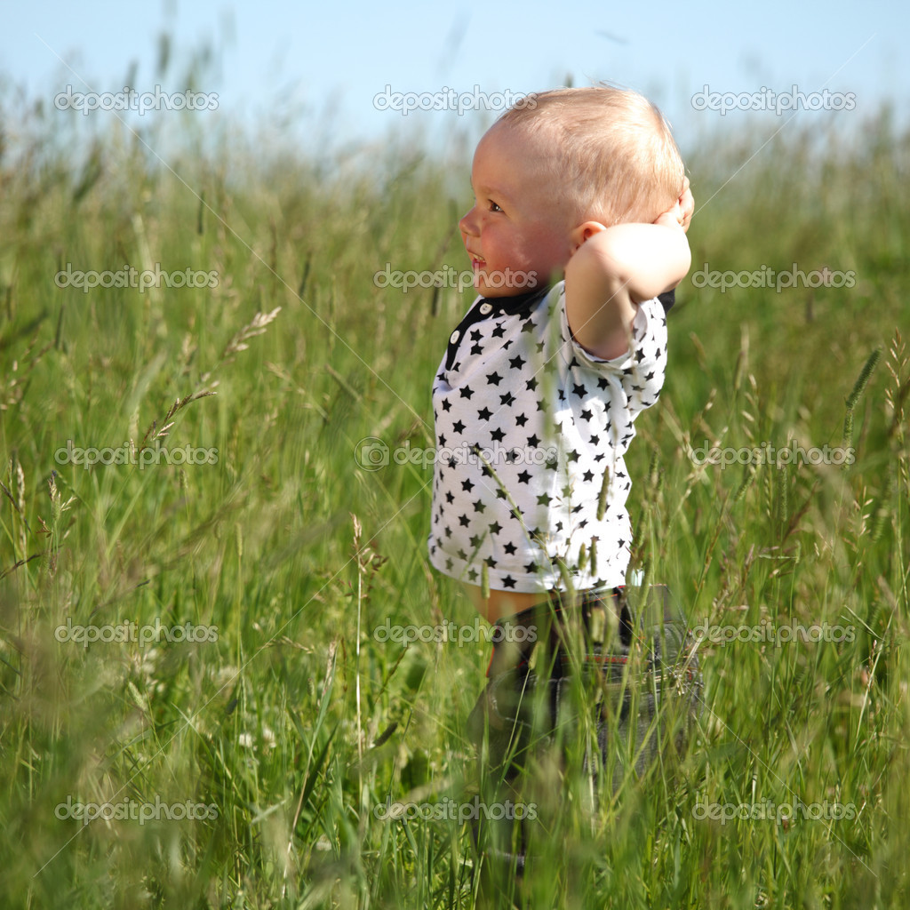 Little boy play in green grass — Foto Stock #6752996