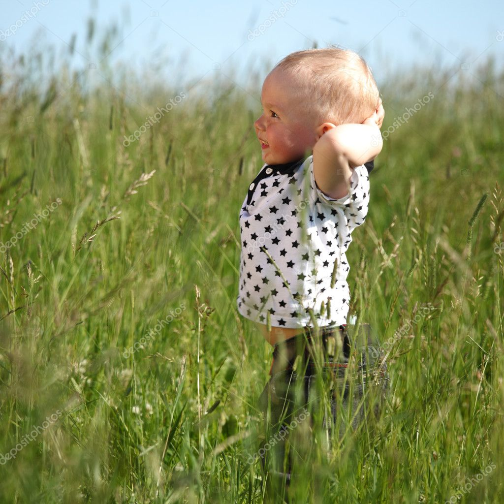 Little boy play in green grass — Stok fotoğraf #6752996