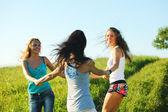 ženy trávy zábava — Stock fotografie